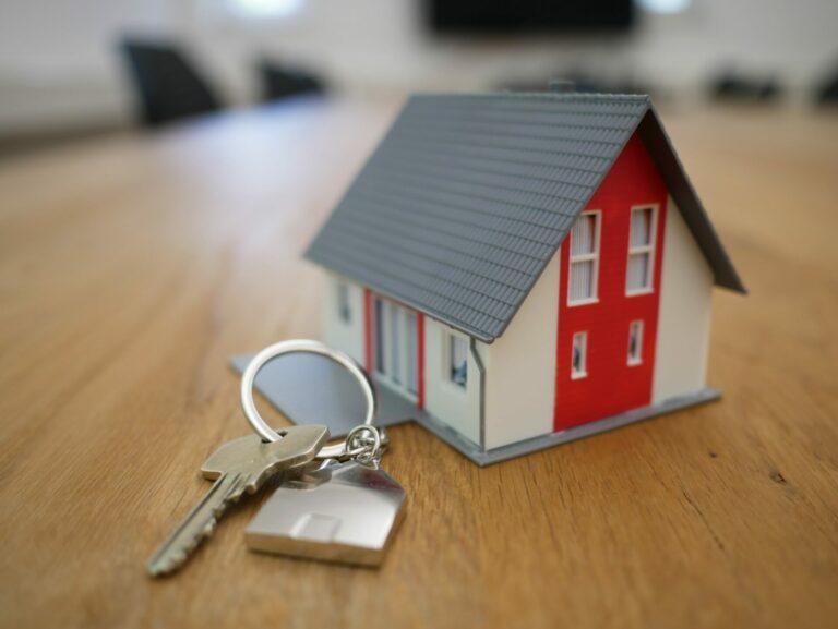 Photo de clefs et de maison miniature par Tierra Mallorca